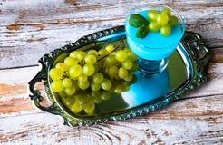 Десерт с голубыми студнем и виноградинами Стоковые Изображения RF