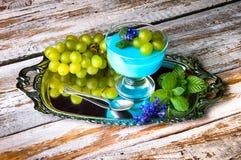 Десерт с голубыми студнем и виноградинами Стоковое Изображение RF