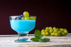Десерт с голубыми студнем и виноградинами Стоковые Изображения