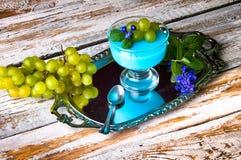 Десерт с голубыми студнем и виноградинами Стоковая Фотография RF