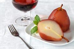 Десерт с грушей потушил в соусе вина на предпосылке gl стоковая фотография