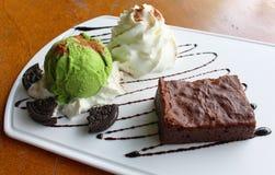 Десерт сделанный из мороженого пирожного и зеленого чая вместе с взбитой сливк на белой плите Стоковые Изображения