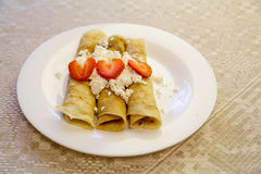 Десерт сделанный от блинчиков заполненных с творогом и клубниками clos Стоковое фото RF