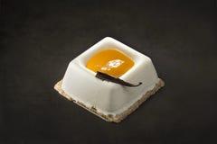 Десерт сливк и манго на черной предпосылке Стоковая Фотография