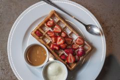 Десерт с клубниками и waffles в белой плите стоковая фотография rf
