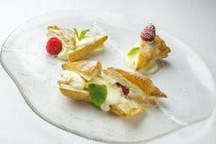 Десерт с листьями сливк и мяты поленики стоковое фото