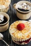 Десерт с сливк, миндалинами и клубниками на деревянном столе, 2 чашками кофе с зефирами Селективный фокус стоковая фотография rf