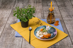Десерт с физалисом и высушенными плодоовощами на плите и на ткани Питье около мороженого на деревянной предпосылке Стоковая Фотография RF