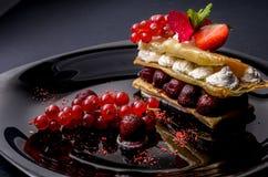 Десерт с ягодами и сливк Стоковое Изображение RF
