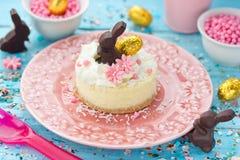 Десерт творога пасхи украшенный с взбитой сливк и e Стоковые Фотографии RF