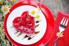 Десерт торта сердца клубники на день валентинок, классическое Valent Стоковые Изображения RF