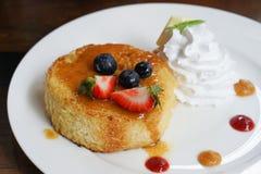 Десерт - торт с сиропом, клубникой, голубикой стоковая фотография