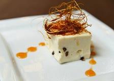 Десерт украшенный с потоками карамельки Стоковое Фото