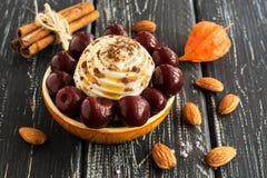 Десерт украшен с вишнями на деревянной старой таблице стоковые фотографии rf