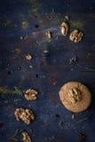 Десерт, циннамон и гайки грецкого ореха на таблице Backgroun хлебопекарни Стоковое фото RF