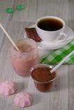 Десерт, чай и зефиры шоколада стоковые фото