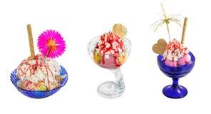 Десерт - чашка - шар мороженого и waffles изолированных на белизне Стоковое фото RF