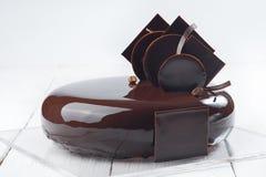 Десерт шоколадного торта на белом деревянном столе стоковое изображение