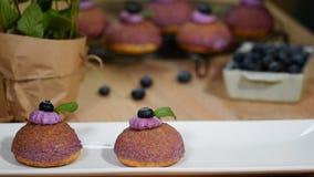 Десерт choux слойки сливк с голубиками видеоматериал
