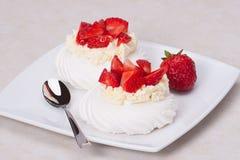 Десерт Pavlova меренг клубники Стоковая Фотография RF