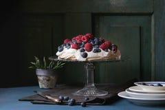 Десерт Pavlova с свежими ягодами Стоковое Фото
