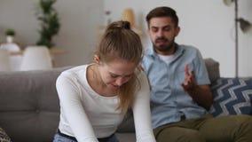 Деспот супруга расстроенной молодой женщины плача крича на жене акции видеоматериалы