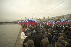 Десятки тысяч маршируют в памяти о убитом Борисе Nemtsov 1-ого марта 2015 Стоковые Изображения
