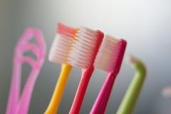 Детализированный близко вверх зубных щеток в других цветах стоковое изображение rf