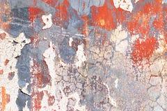 Детализированный близко вверх по взгляду на красочной слезая краске на достигших возраста и выдержанных бетонных стенах стоковое фото
