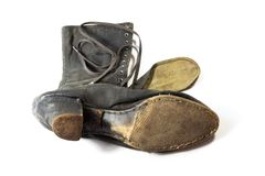 Детализируйте взгляд очень старой ткани и кожаного ботинка шнурка ` s женщины высокого, взгляда от подошвы, изолированной на бели стоковые изображения rf