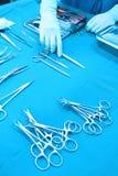 Детализируйте съемку steralized аппаратур хирургии при рука хватая инструмент Стоковая Фотография