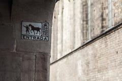 Детализируйте entrada знака, в прошлом показанное направление лошадей в c Стоковые Фото