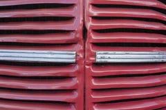 Детали дизайна старого автомобиля сгорите красную тележку стоковое изображение