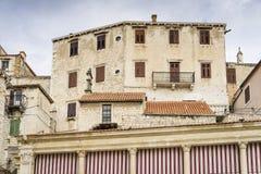 Детали домов и зданий в старом городе Sibenik в Хорватии Стоковая Фотография