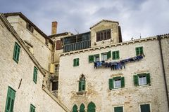 Детали домов и зданий в старом городе Sibenik в Хорватии Стоковые Изображения RF