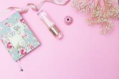 Детали и аксессуары ` s женщин на розовой предпосылке скопируйте космос Стоковая Фотография RF