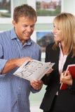 детали клиента обсуждая женщину имущества Стоковое фото RF