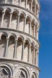 Детали колонок полагаясь башни Пизы, Италии Стоковое Изображение RF