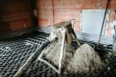 Детали конкретного насоса Выравнивать screed песка и цемента над топлением пола стоковое изображение rf