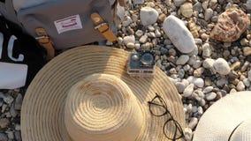 Детали на курорте, на пляже: сумка, шляпа, стекла и подводная камера видеоматериал