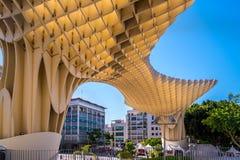 Детали парасоля Metropol, Setas de Севилья, самая большая деревянная структура в мире стоковое изображение rf