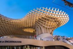 Детали парасоля Metropol, Setas de Севилья, самая большая деревянная структура в мире стоковые изображения