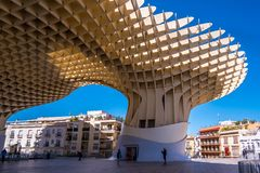 Детали парасоля Metropol, Setas de Севилья, самая большая деревянная структура в мире стоковые фото