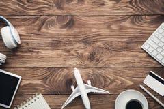 Детали перемещения на деревянном столе Перемещение и каникула Дело tri стоковые изображения rf
