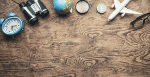 Детали перемещения на деревянном столе Перемещение и каникула стоковое изображение rf