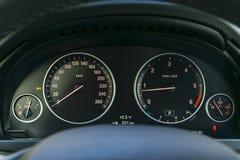 Детали приборной панели автомобиля внутренние с лампами индикации Детализировать автомобиля загоранная автомобилем панель ночи ап Стоковые Изображения