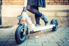 Детали современного транспорта, электрического самоката пинком, портрета девушки ехать транспорт города стоковые фотографии rf