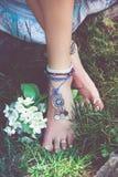 Детали стиля моды boho лета женщины на босоногих anklets и стоковые фотографии rf