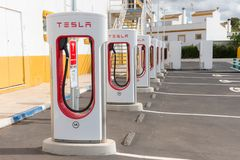 Детали стойки суперчаржера Tesla электрической на бензоколонке в Испании стоковое изображение