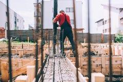 Детали строительной площадки работая - дом здания и использование конкретного насоса стоковое фото